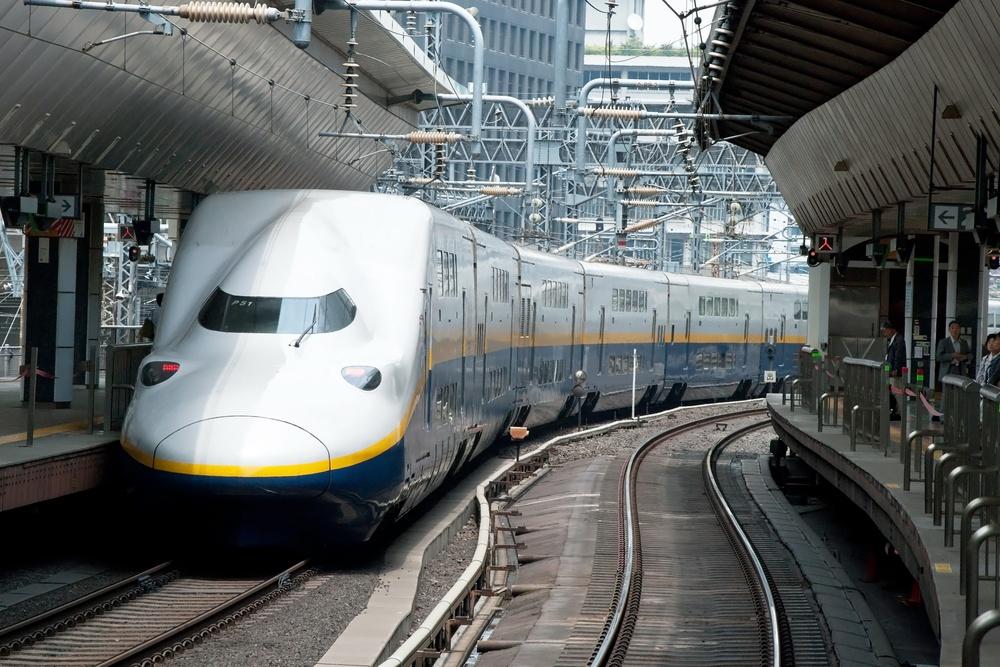 Shinkansen bullet train at Tokyo railway station i